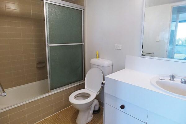 big bathroom in Brisbane home before local RTL handyman work